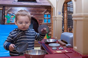 Mezi nejmenšími dětmi se největší oblibě těší tato skvělá kuchyňka. Není divu, je prostorná a vybavená lépe než ta opravdová.