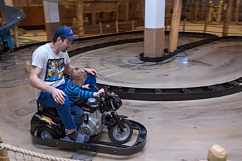 Na motokárách se vyřádí nejen děti, ale také jejich tatínci.