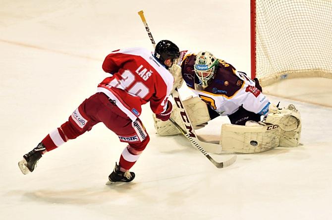 Útoční HC Olomouc Marek Laš tuto obrovskou možnost v oslabení neproměnil.