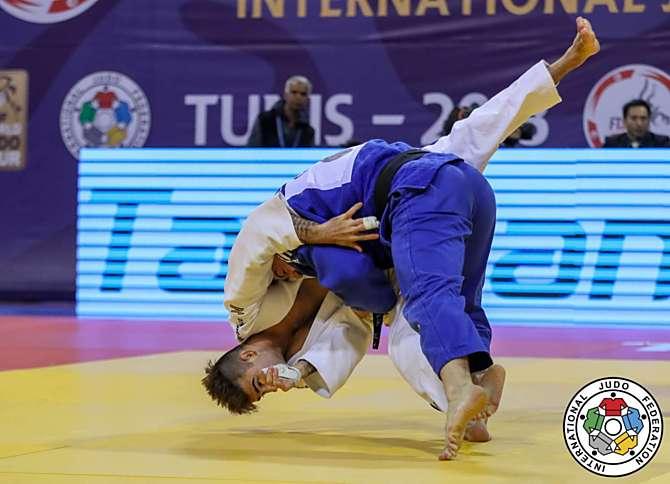 Vítězný hod Davida Klammerta (v modrém kimonu)