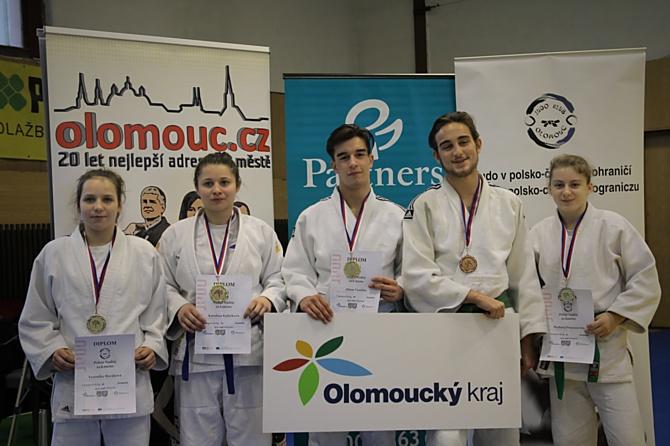 Medailisté kat. do 18 let (zleva): V. Horáková, K. Kubíčková, A. Vosáhlo, J. Podrázský, M. Prusenovská