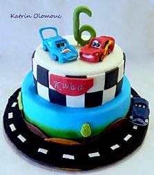 Dvoupatrový narozeninový dort s autíčky. Velikost dortu, složení (piškot a krém) podle vašeho přání.
