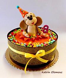 Dětský dort s modelovanou opičkou v lemu z čokolády s dekorem z kakaového másla. Dorty na zakázku se vyrábí od 2,5 kg. Vše si můžete vybrat - piškot, krém, ovoce, dekorace, barvy, nápisy.