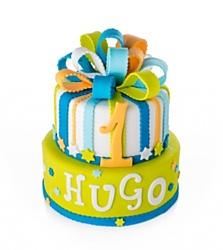 Hugo dort -  Spodní patro limetkové barvy je dozdobeno vyřezaným jménem oslavence a hvězdičkami. Vrchní patro se pyšní velkou fondánovou mašlí, barevnými proužky a vyřezávanou číslicí. Spodní patro má průměr 24 cm, vrchní patro má průměr 18 cm, z narozeninového dortu lze nakrájet 18 porcí. Cena je 2690 korun.