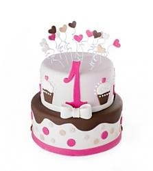 Cupcake dort - Nejen sladký uvnitř, ale i sladce vypadající dort určený pro slečny. Dort zdobený čokoládovou polevou z fondánu, puntíky a srdíčky, vyřezanou číslovkou  Spodní patro má průměr 24 cm, vrchní patro má průměr 18 cm, z narozeninového dortu lze nakrájet 18 porcí. Cena dortu je 2390 korun.