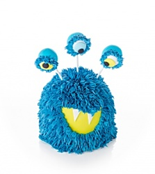 Monster cake - Příšerka s velkýma očima z punčoviny, velikánskou pusou a fondánovými zuby. Vyrábí se v barevném provedení pro holku i kluka. Z dětského dortu lze nakrájet 12 porcí. Cena je 1790 korun.