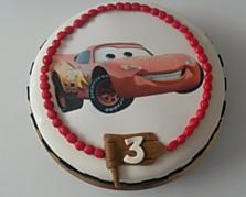 Veselý dortík s obrázkem McQueena si můžete objednat s ovocnou nebo čokoládovou náplní. Stojí 680 korun.