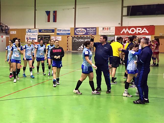 Házenkářky DHK ZORA Olomouc v sobotu na domácí palubovce porazily HK AS Trenčín 27:23.