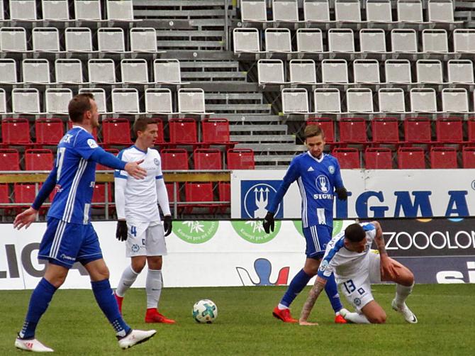 Jakub Řezníček (vlevo) v utkání s Viktorií Plzeň kvůli dohodě klubů nastoupit nemůže. Sigma to jako problém nevidí. I bez Chorého zvládla na podzim několik těžkých duelů.