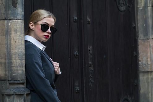Kalhoty Milly Fashion 4190 Kč; košile Milly Fashion 2990 Kč; sako Milly Fashion 5490 Kč; brýle Orsay 299 Kč