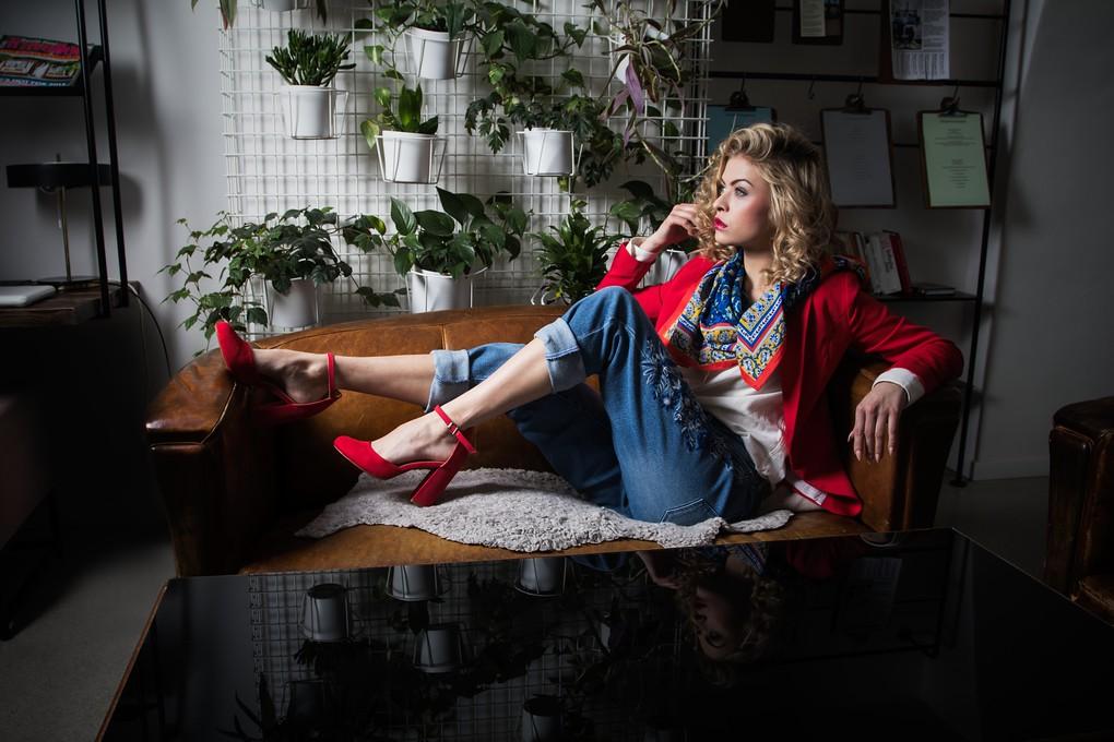 Sako Orsay 999 Kč; košile Milly Fashion 2990 Kč; džíny Promod 1399 Kč; šátek Promod 549 Kč; boty CCC 699 Kč