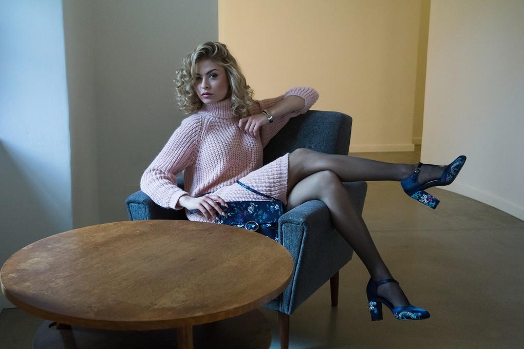 Svetrové šaty Eggo 499 Kč; boty Promod 1399 Kč; kabelka Promod 699 Kč; náramek Calvin Klein klenotnictví HELVETIA boutique 2400 Kč