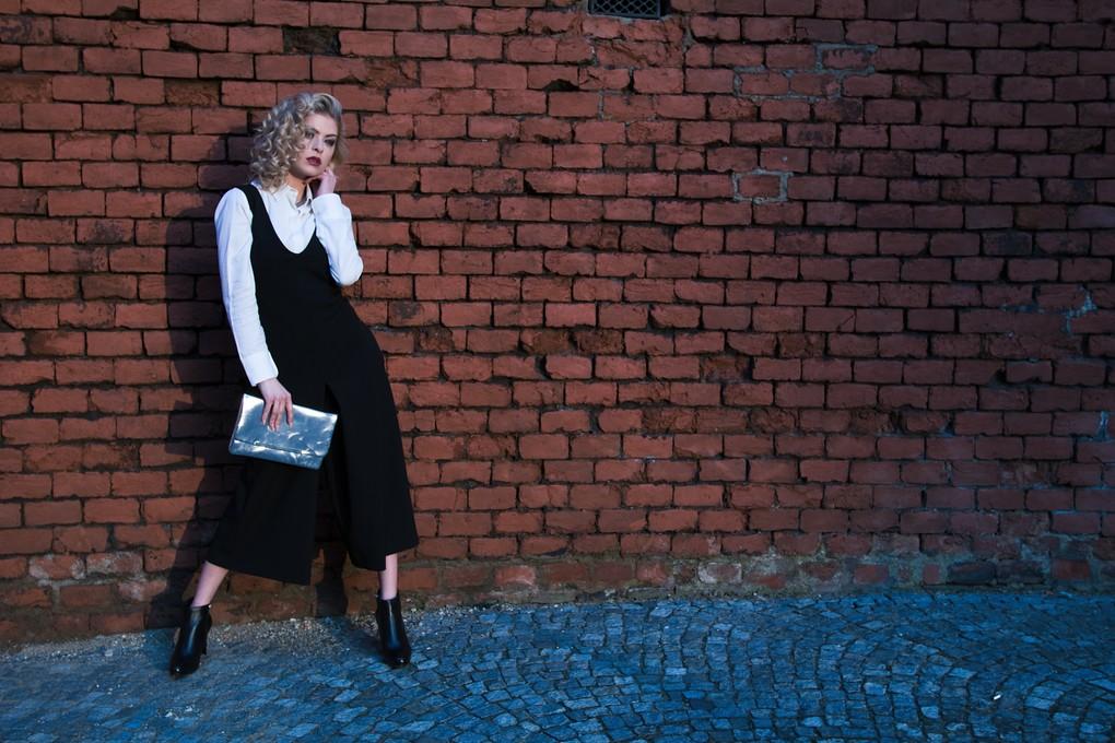 Košile Milly Fashion 2990 Kč; overal Milly Fashion 4590 Kč; psaníčko Orsay 549 Kč; kotníčkové boty Hulman 2495 Kč