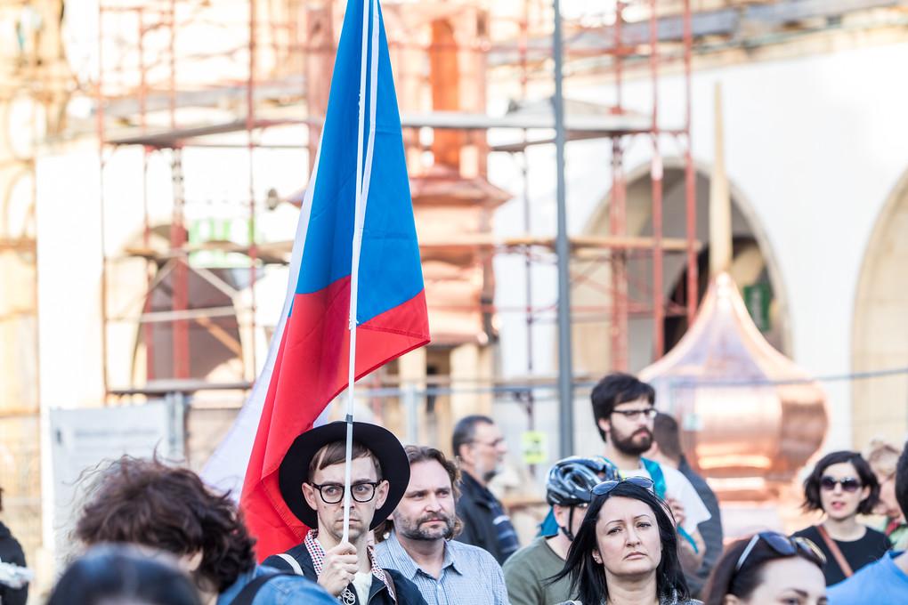 Atmosféra, možná i kvůli krásnému počasí, nebyla tak vypjatá jako před několika týdny, kde se demonstrovalo proti komunistovi Ondráčkovi. I tak byl ale často zmiňován listopad 1989.