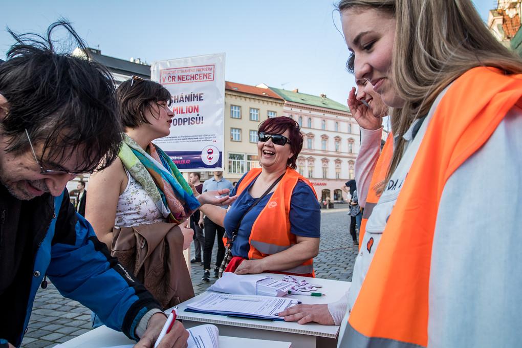 Výzvu Milion chvilek pro demokracii mohli lidé popsat i v Olomouci. V době vydání tohoto článku měla 237 041 signatářů.