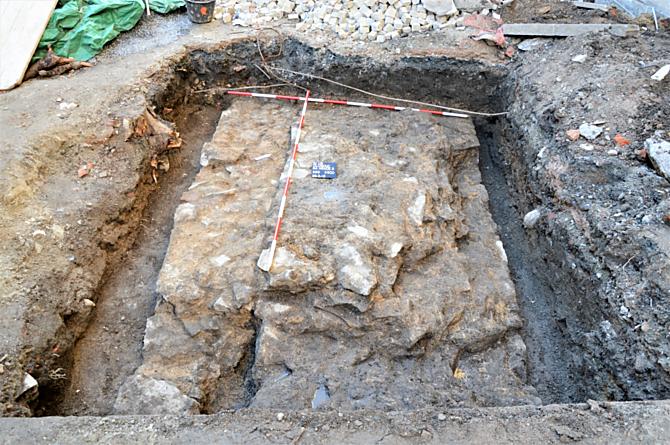 Jeden z úseků kamenné hradby Nového Hrádku