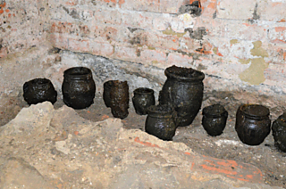 Středověké keramické nádoby ze studny
