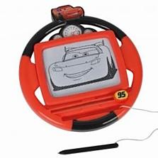 Magnetická kreslící tabulka s oblíbeným autem Blesk McQueenem v designu volantu závodního auta. (Bambule, 179 korun)