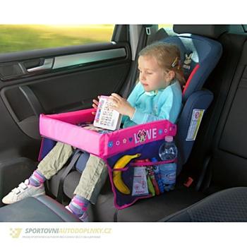 Cestovní stoleček pro holčičky s Minnie umožňuje dítěti mít po ruce své malé věci. Má čtyři boční kapsy a vysoké boční strany, které zabraňují pádu předmětů.(www.sportovniautodoplnky.cz, 385 korun)
