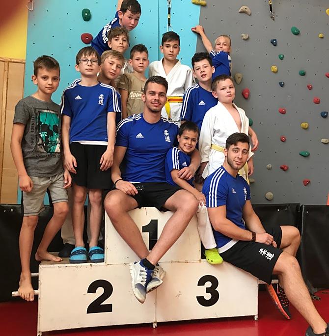 Tým Judo klubu Olomouc strenéry Markem Švestkou a Adamem Suchánkem