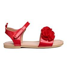 Sandály s aplikací (červené), dostupné ve velikostech 24–35 (399 korun)